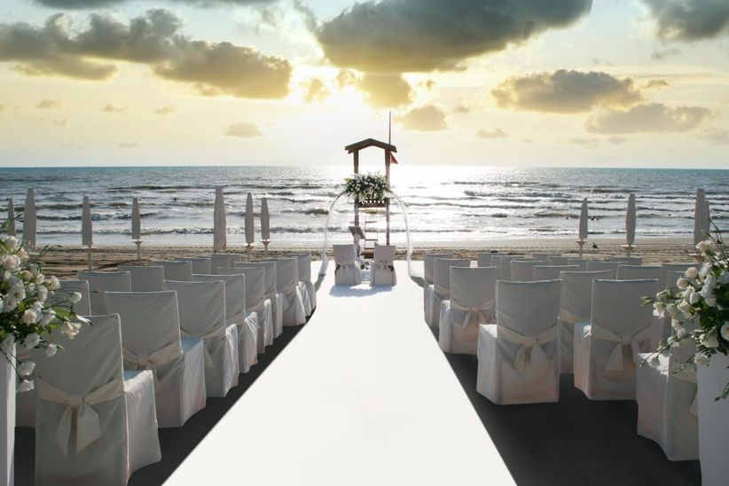 Matrimonio Spiaggia Margherita Di Savoia : Archi e altri allestimenti con fiori per decorare le
