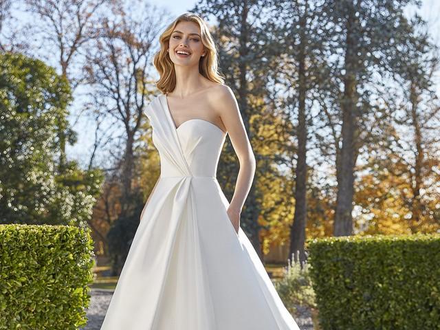 50 abiti da sposa con scollo asimmetrico: il perfetto connubio tra eleganza e modernità