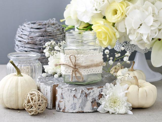 Decorazioni fai da te: portacandele in pizzo per nozze vintage