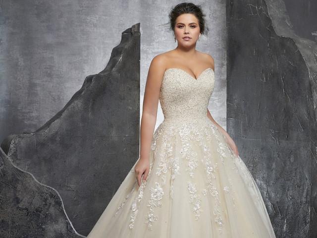 7 consigli per la sposa formosa: come valorizzare la silhouette nel modo giusto