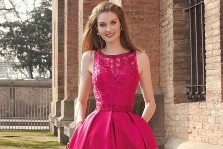 Invitata di nozze in rosa brillante e oro: il look che ammalia