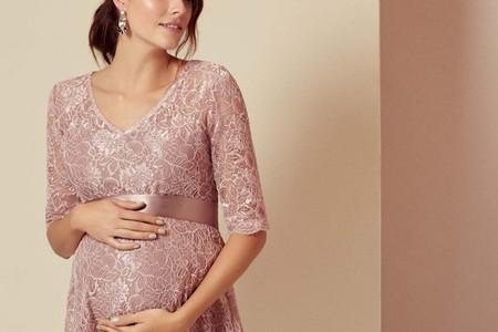 Un look glamour in rosa e oro per le invitate incinte