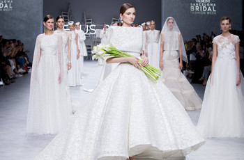 Gli abiti da sposa Jesús Peiró 2020 aprono le sfilate della Valmont Barcelona Bridal Fashion Week