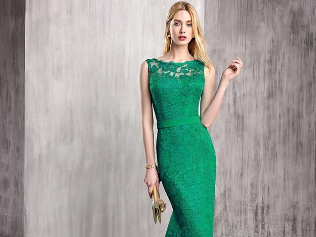 Look da invitata verde e oro: tonalità naturali dagli accenti shiny
