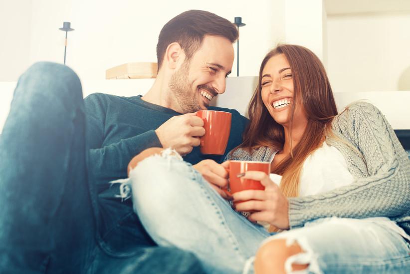 pareja-joven-en-casa-tomando-taza-de-caf
