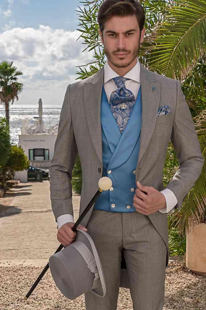 abito sposo chiaro con panciotto azzurro