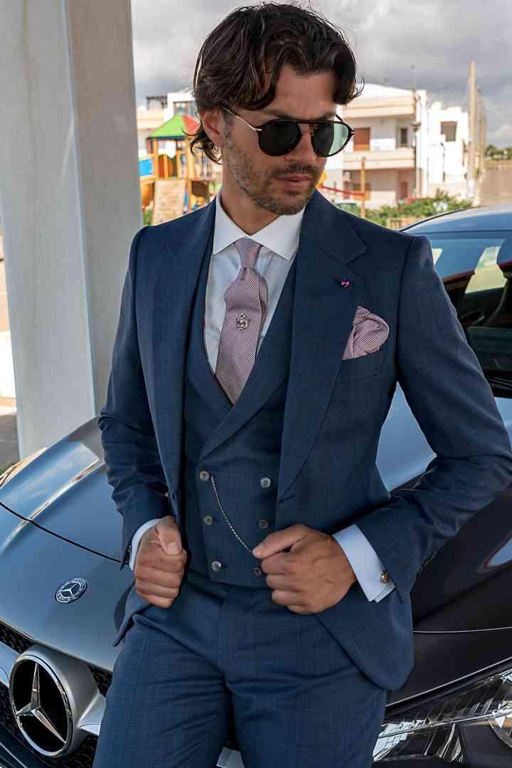 abito sposo con panciotto tono su tono e cravatta rosa