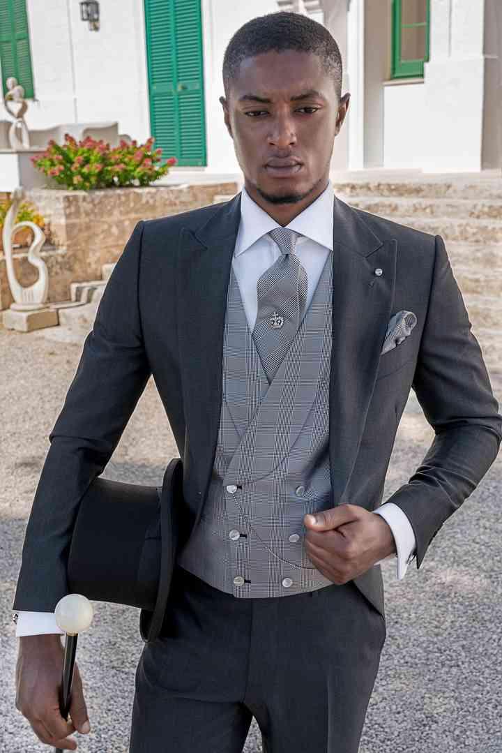 abito sposo grigio con panciotto chiaro
