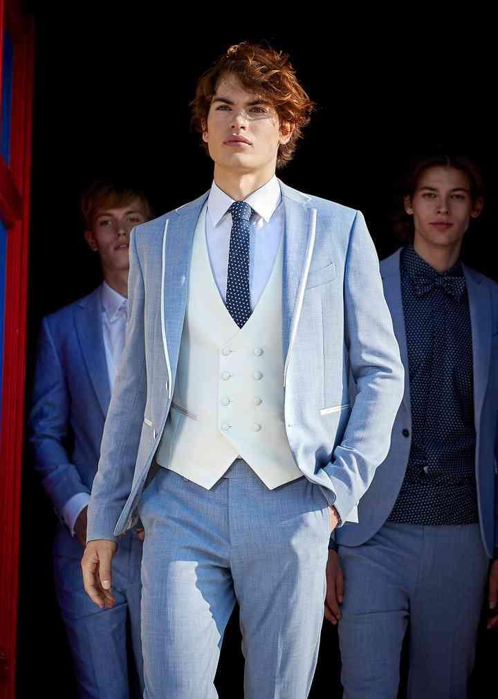 abito sposo celeste con panciotto bianco