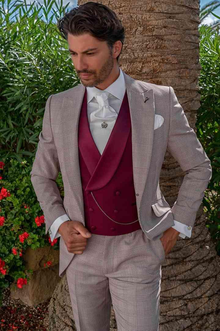 abito sposo chiaro con panciotto rosso