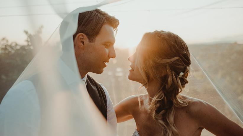 sposi che si guardano durante servizio fotografico