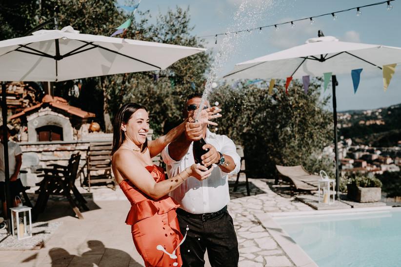 sposi che stappano champagne