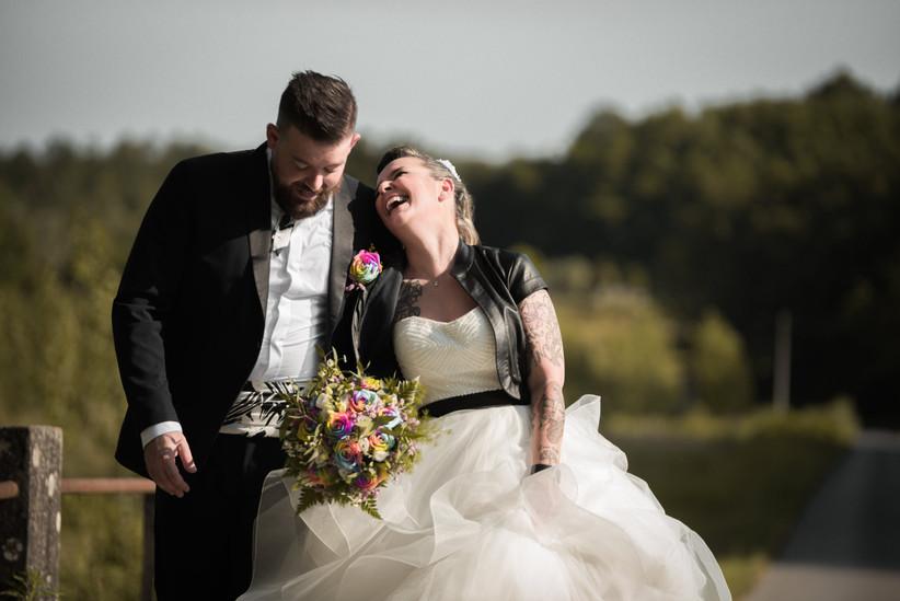 sposi che ridono durante il matrimonio