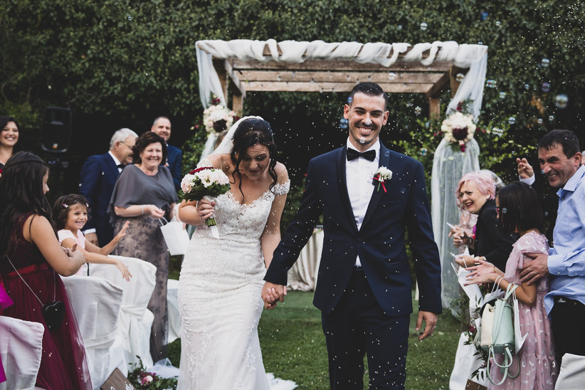 lancio del riso agli sposi dopo matrimonio in giardino