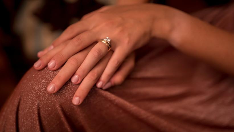 mani sposa con anello nuziale