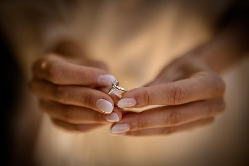 mani sposa con anello di fidanzamento