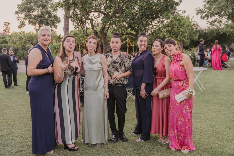 invitati a un matrimonio che fanno una linguaccia
