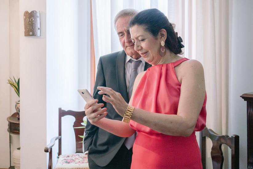 due persone che guardano uno smartphone