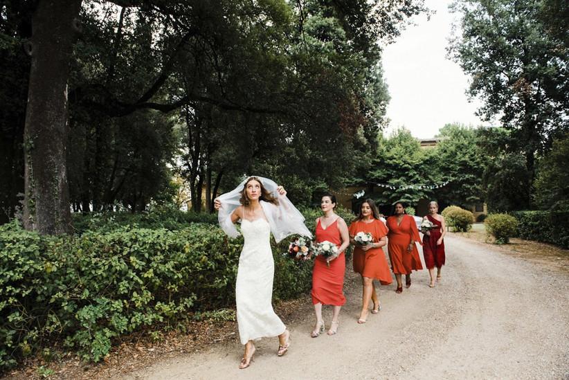 sposa e damigelle che camminano in giardino