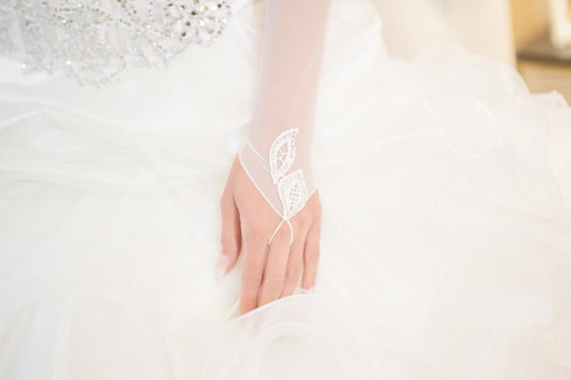 dettaglio mano della sposa con guanti bianchi