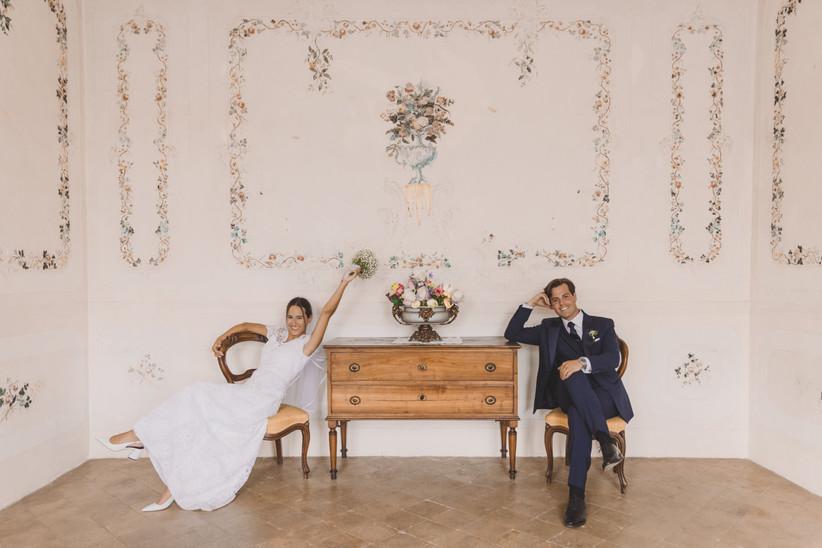 sposi seduti che sorridono