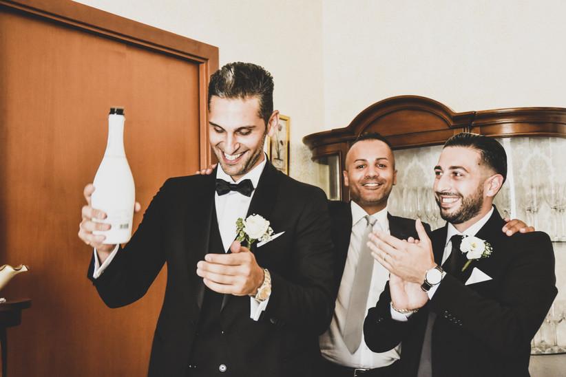 sposo e amici che festeggiano