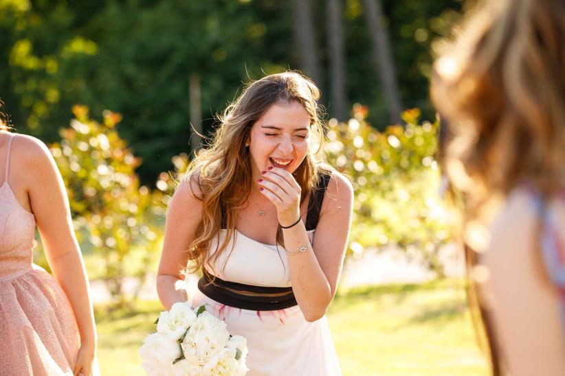 invitata matrimonio che ride