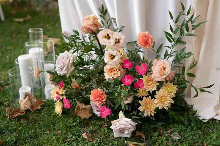 allestimento floreale con fiori rosa per matrimonio
