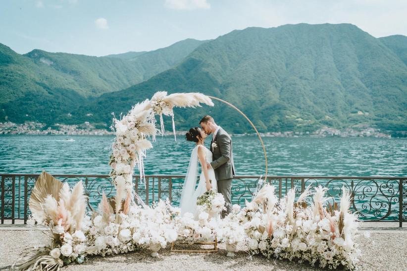 sposi che si baciano vista lago