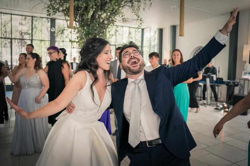 sposi che ridono durante il ricevimento nuziale