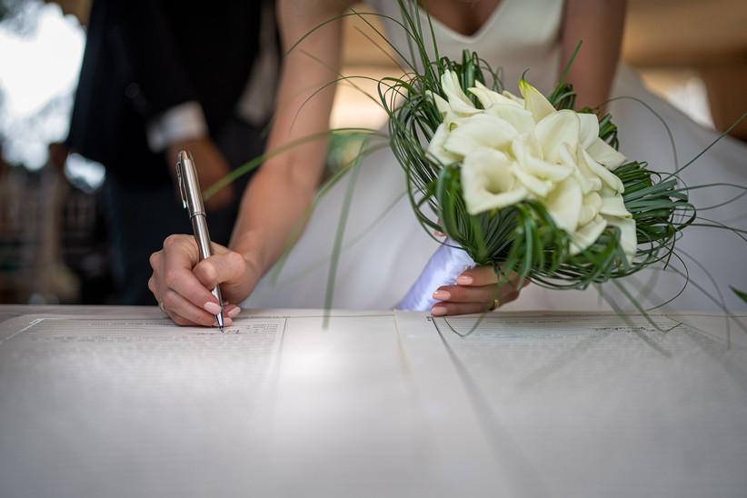 Sposa che firma documenti matrimonio civile