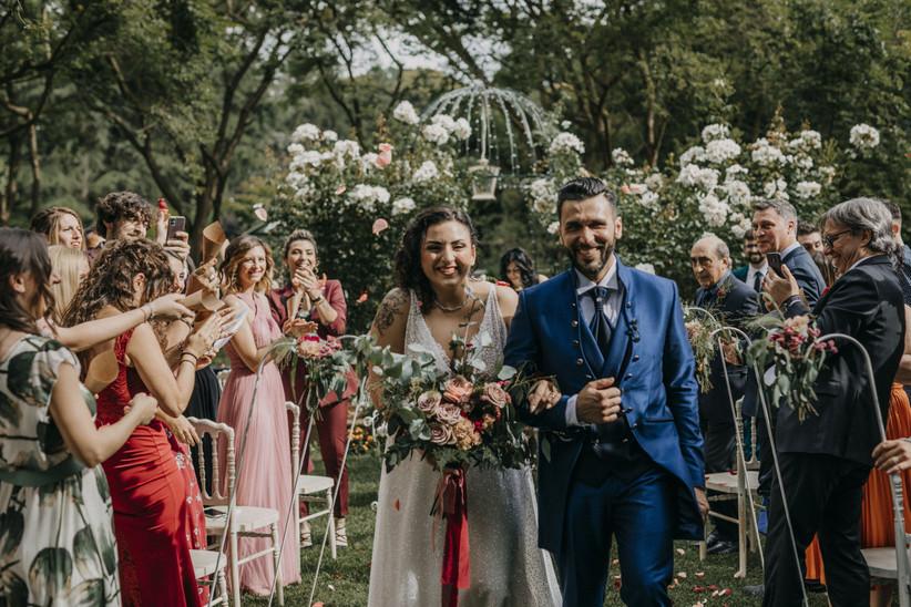 sposi durante cerimonia di matrimonio in giardino