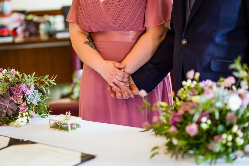 dettaglio mani degli sposi