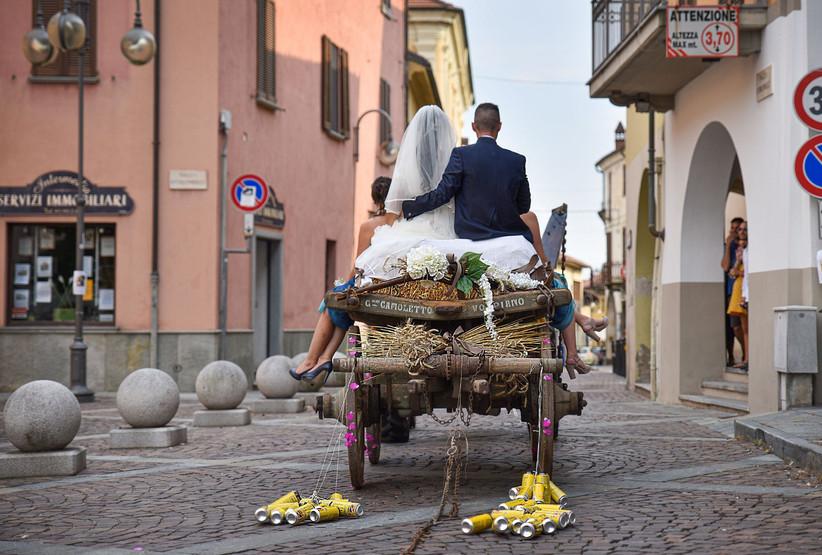 carretto con fieno e sposi
