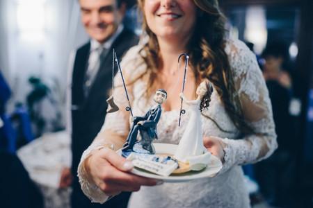 Cake topper di nozze spiritosi: tutte le idee per strappare una risata