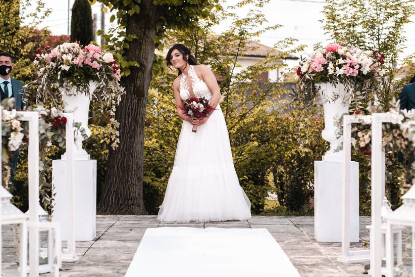 sposa camminando verso l'altare