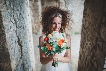 Acconciatura da sposa per capelli ricci: tutte le tendenze