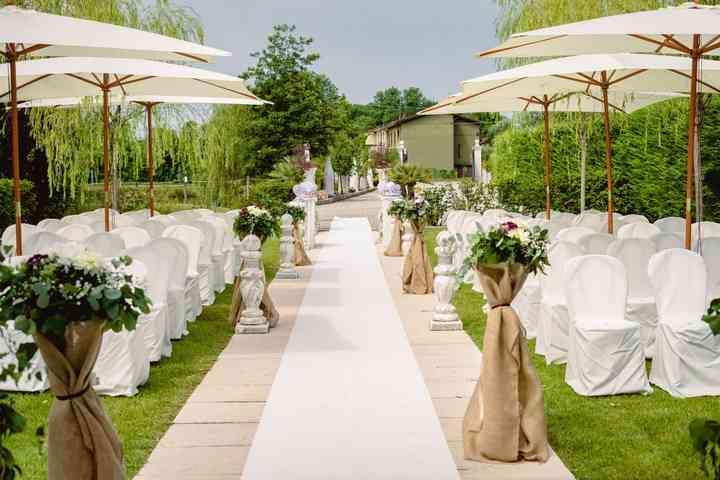 allestimento cerimonia di nozze in giardino