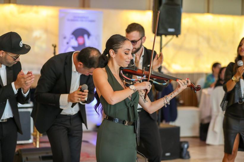 musicista con violino e coro