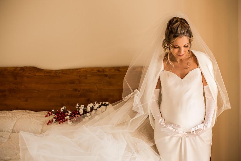 sposa incinta durante servizio fotografico matrimonio, abito bianco con guanti lunghi