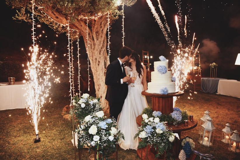 sposi che si baciano e fuochi d'artificio