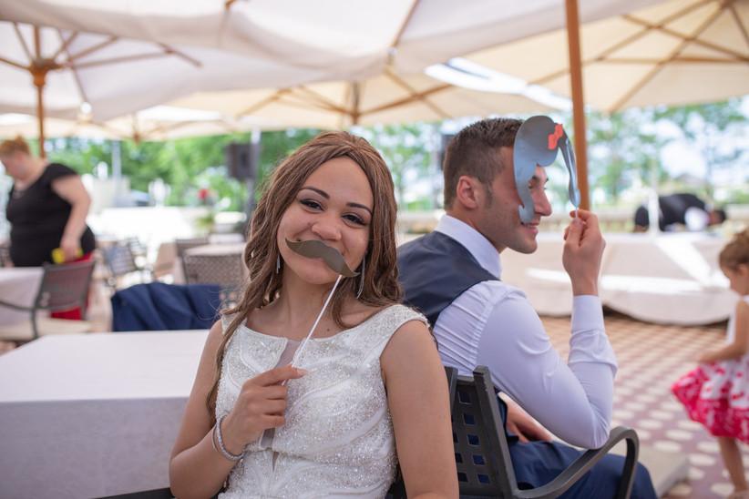 sposa con baffi di carta