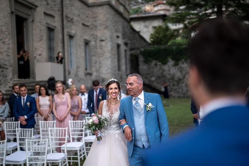 sposa e padre della sposa verso l'altare