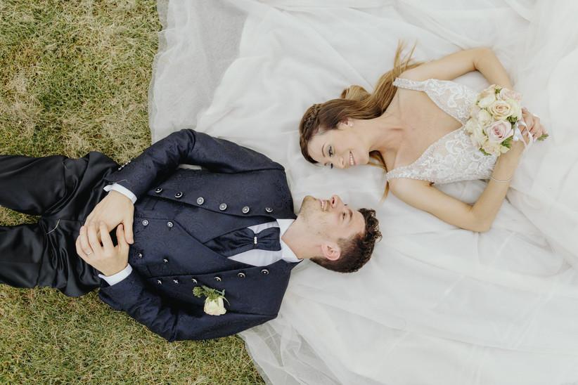 sposi che si guardano sdraiati in giardino