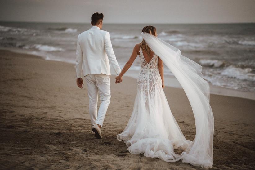 Sposi di schiena in spiaggia