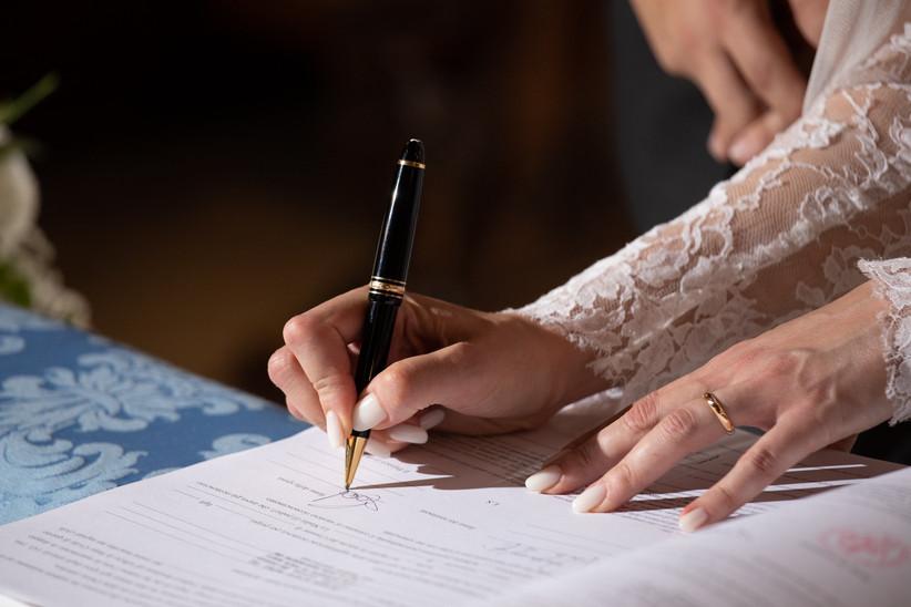 Sposa che firma documenti rito civile