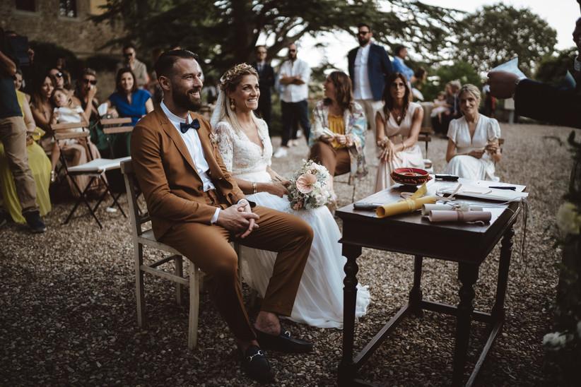 sposi durante rito civile all'aperto