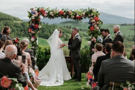 Come decorare l'altare di nozze: idee e stili a cui ispirarsi