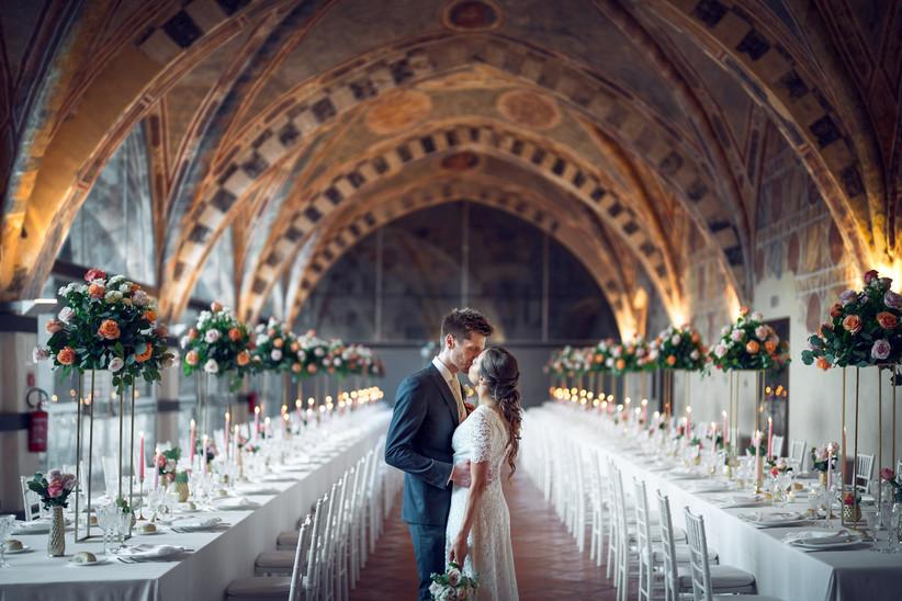 Sposi che si baciano in location allestita