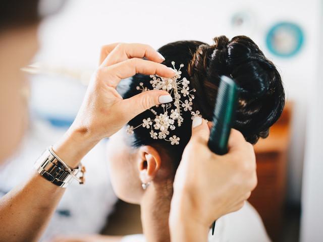 Look da sposa classico ed elegante: usate un fermacapelli nella vostra acconciatura!